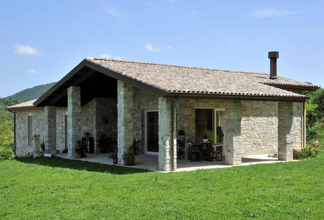 Edificio residenziale in legno con rivestimento in pietra ...